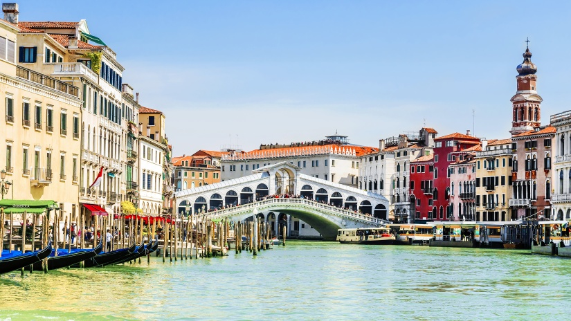 Rialto Bridge in Venice, Italy.Inscription in Italian: gondola