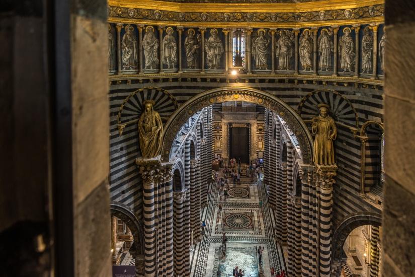 Interior y techo de Catedral de Siena.